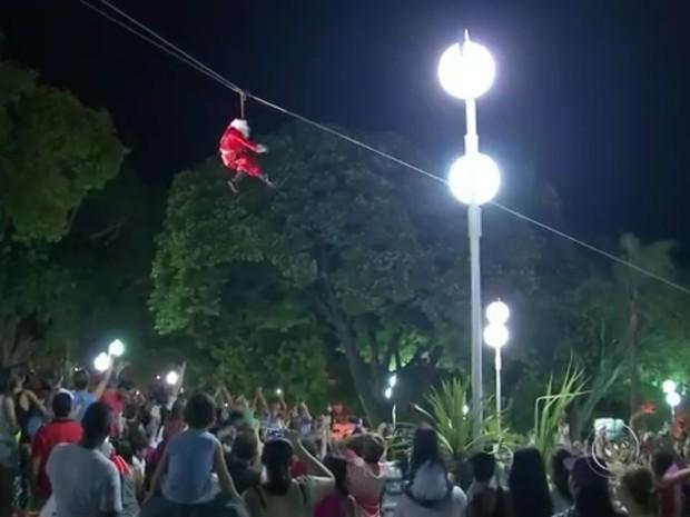 Papai Noel desce catedral de tirolesa durante cantata de Natal em Bauru (Foto: Reprodução/TV TEM)
