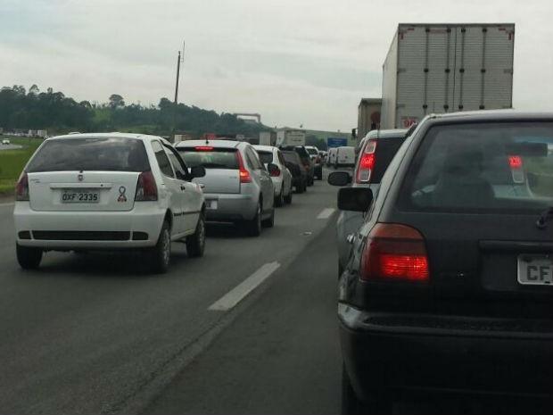 Acidente causou congestionamento em rodovia (Foto: Geraldo Jr./G1)