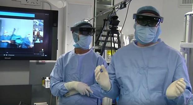 Primeira cirurgia com visão de realidade aumentada (Foto: Reprodução/YouTube)