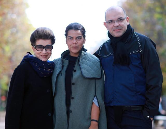 Costanza Pascolato, Daniela Falcão e Giovanni Frasson no quarto dia da agenda da PFW, em clique de Ana Clara Garmendia (Foto: Ana Clara Garmendia/Moda Paris)