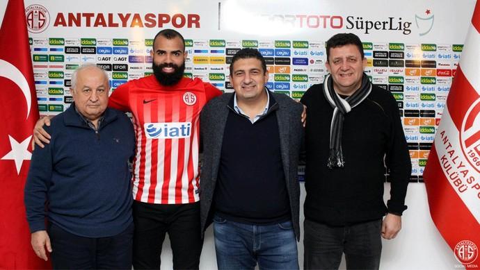 Sandro na chegada ao Antalyaspor (Foto: Divulgação)