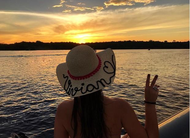 Vivian em passeio pelo rio Negro (Foto: Reprodução/Instagram)