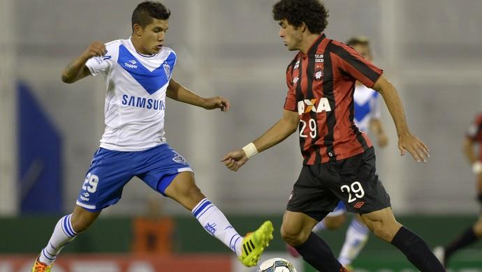 Lucas Romero e Bruno Mendes Velez x Atlético-PR (Foto: AFP)