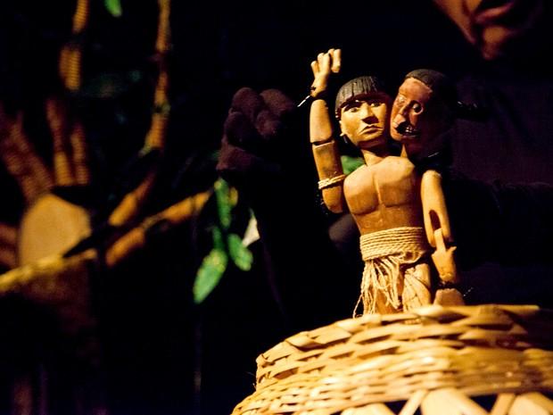 Cena de espetáculo de teatro de bonecos Cabeças vorazes, atração do festival de animação da Funarte (Foto: Tatiana Reis/Divulgação)