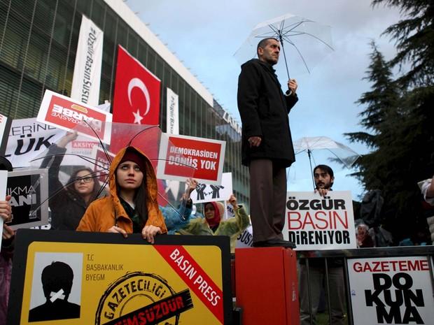 Funcionários do jornal 'Zaman' se reúnem perto da sede do jornal, em Istambul, para protestar contra a ocupação de autoridades (Foto: REUTERS/Kursat Bayhan/Zaman Daily)