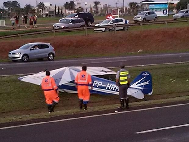 Avião parou no canteiro central da rodovia Washington Luiz (Foto: Cristian Marques/ Divulgação)