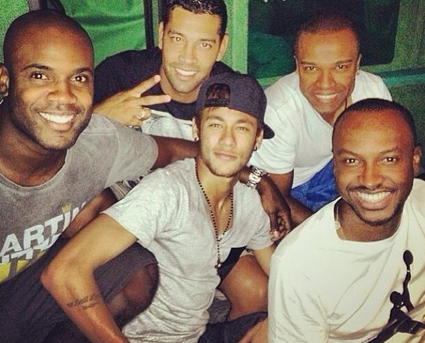 Turma do barulho! Neymar e Thiaguinho posam ao lado de amigos, entre eles Alexandre Pires e Rafael Zulu (Foto: Arquivo pessoal)