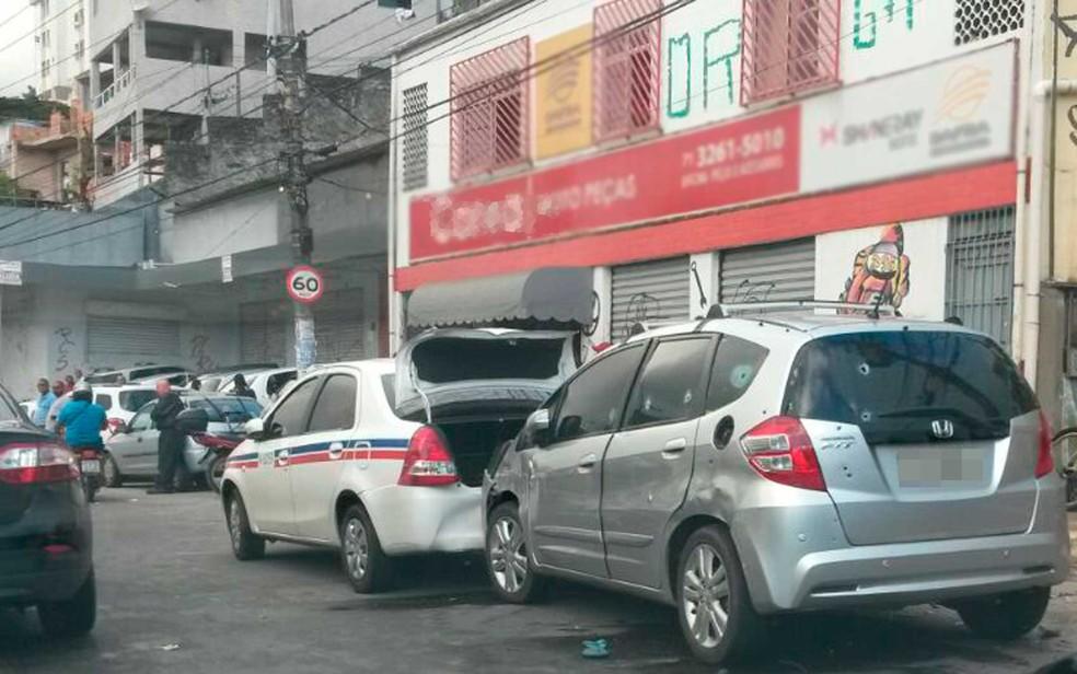 Carro onde suspeitos estavam ficou com marcas de tiros, em Salvador (Foto: Henrique Oliveira/Arquivo Pessoal)