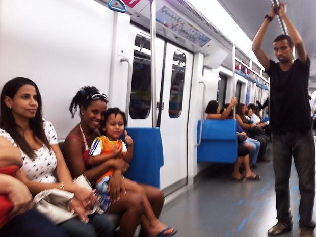 Giselle, com o filho Ryan no colo, aprovam o novo trem. (Foto: Bernardo Tabak/G1)