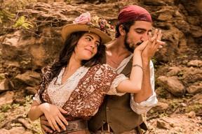 Renato Góes com Julia Dalavia em Velho Chico: Romeu e Julieta do sertão (Foto: Globo/Pedro Curi)