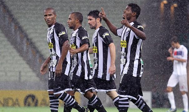 Jogadores do Ceará vão em busca da primeira vitória fora de casa na Série B. (Foto: Divulgação/Cearasc.com)