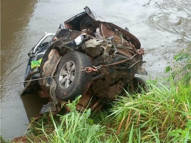 Uma mulher e duas crianças morrem após caminhonete cair em rio de MS (Foto: Divulgação/PRF)