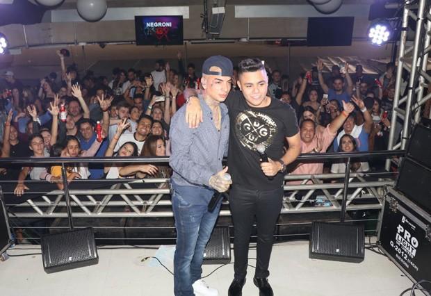 MC Guimê faz show em camarote ao lado de Felipe Araújo (Foto: Fred Pontes)