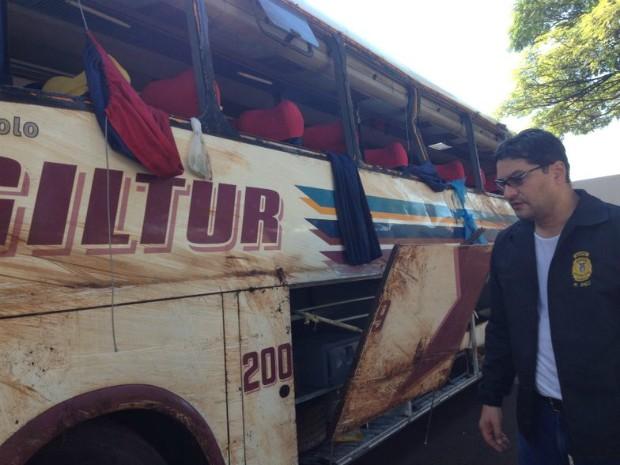 Ônibus foi levado para a Delegacia de Bandeirantes (Foto: Wilson Kirsche / RPC TV)