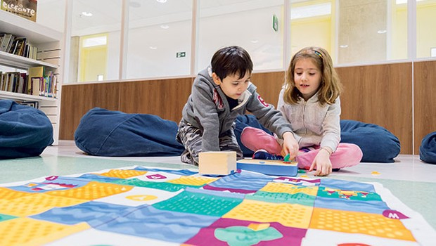 O robô Cubetto é usado  no processo de Letramento Digital para crianças (Foto: Ricardo Miura)