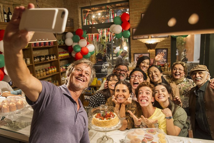 Olha como fica a selfie dos personagens vista nos bastidores! Digam 'xiiiis' (Foto: Divulgação/Globo)