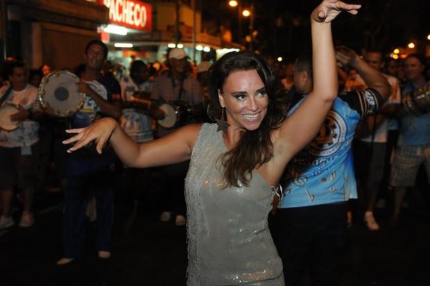 Suzana Pires em ensaiod e rua da Vila Isabel, na Zona Norte do Rio (Foto: Diego Mendes/ Divulgação)