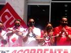 Bancários ficam 'acorrentados' em agência de Cuiabá durante greve
