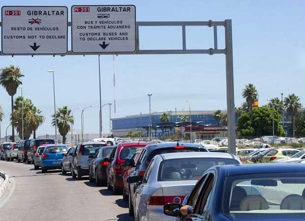 Motoristas enfrentam longas filas na fronteira entre Espanha e Gibraltar nesta quarta-feira (7) (Foto: Marcos Moreno/ AFP)