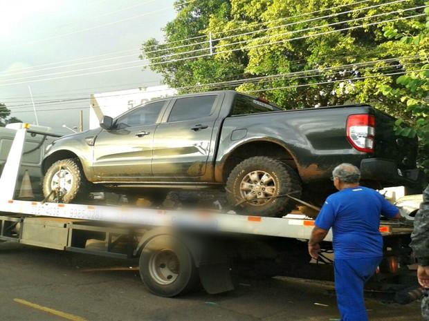 Caminhonete roubada e recuperada em Campo Grande seria levada ao Paraguai (Foto: Osvaldo Nóbrega/TV Morena)