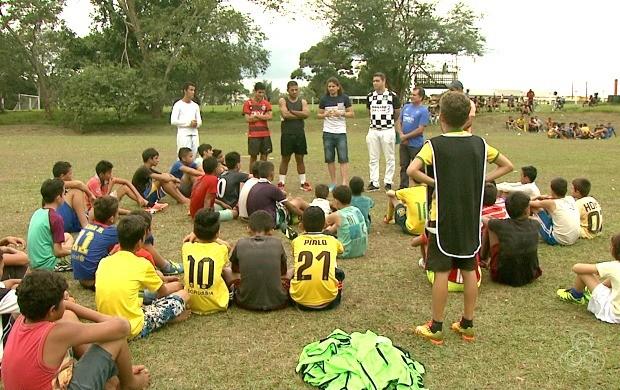 Cerca de 130 crianças participam das aulas no campo do Calafate, em Rio Branco (Foto: Globo Esporte Acre)