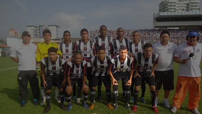 Lucas Gomes com o time do São Raimundo em 2012 (Foto: Elailson Gomes)