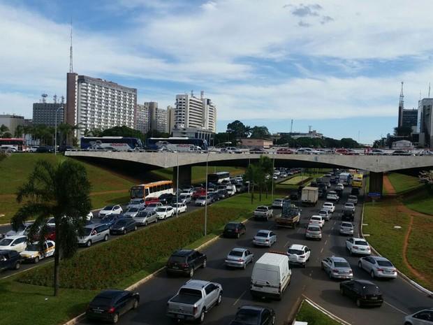 Congestionamento na área central de Brasília após bloqueio do Detran (Foto: Fabiano Bomfim/TV Globo)