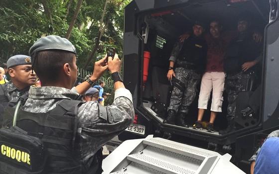 Fila para carro do batalhão de choque da PM na Avenida Paulista, em São Paulo (Foto: Bruno Ferrari)