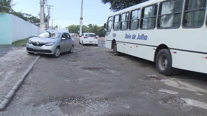 Acúmulo de água e lixo preocupa moradores de Ipitanga, em Lauro de Freitas
