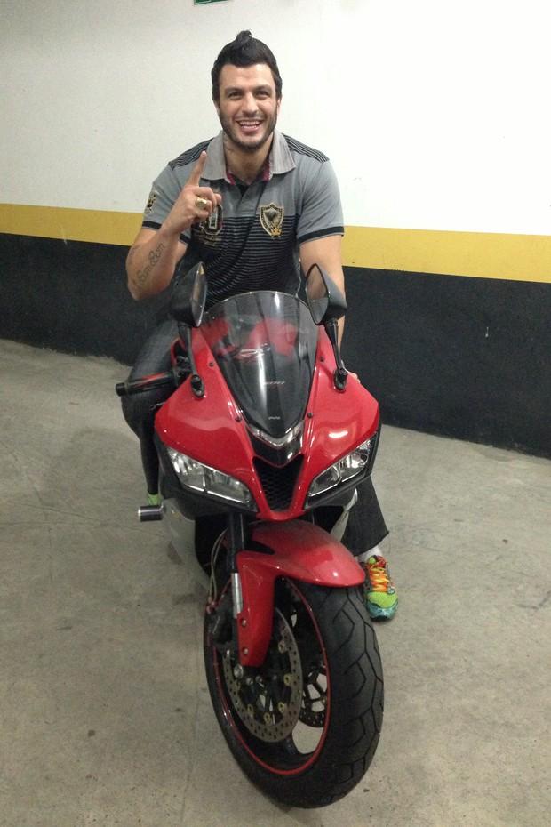 Kleber Bambam e seu moto nova (Foto: Divulgação/Timotinho)