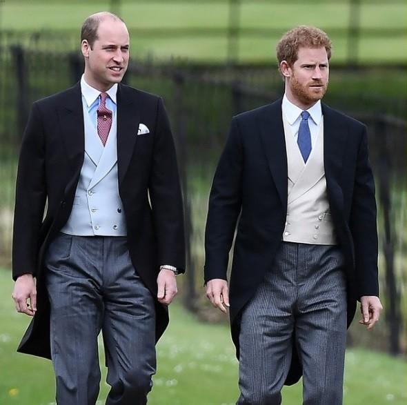 Os príncipes William e Harry chegam juntos à cerimônia (Foto: Reprodução/ Instagram)