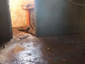 Casa é tomada pelo barro em Uruguaiana (Foto: Estêvão Pires/G1)
