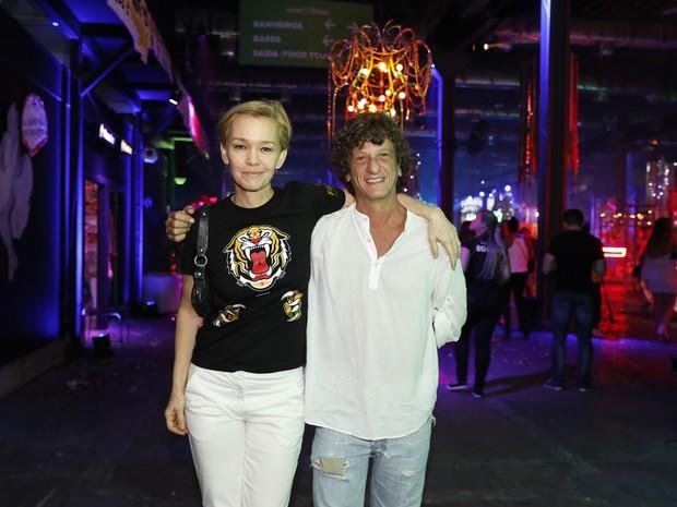 Júlia Lemmertz e Ernesto Piccolo em festa no Centro do Rio (Foto: Felipe Panfili/ Divulgação)