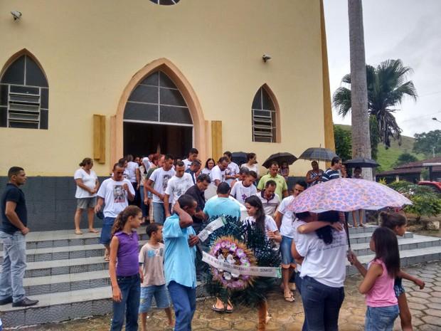 Família sofre na despedida do jovem (Foto: Zana Ferreira/G1)