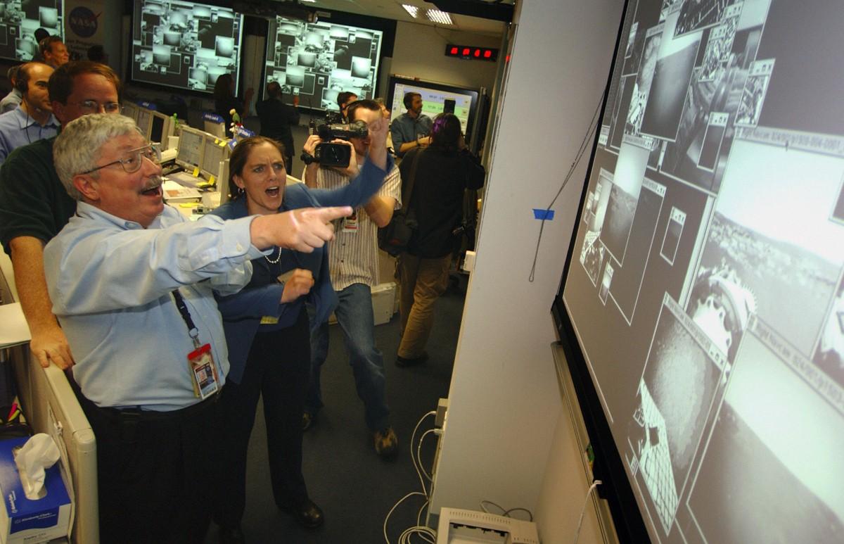 202 dias após o lançamento, o Opportunity chegou a Marte; o homem de bigode é Pete Theisinger, chefe da missão (Foto: Divulgação/Nasa)