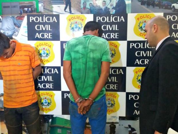 Os dois são suspeitos de ameaçaram um eletricista e roubar uma moto  (Foto: Yuri Marcel/G1)