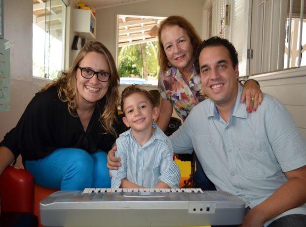 Pedrinho faz pose com a família (Foto: Marina Fontenele/G1)