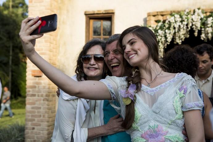 Camila Queiros registra uma selfie com o diretor Jorge Fernando (Foto: Ellen Soares / Gshow)
