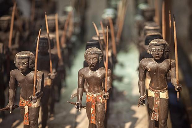 Estátuas de arqueiros da antiga região da Núbia, hoje dividida entre Egito e Sudão (Foto: Mahmoud Khaled/AFP)