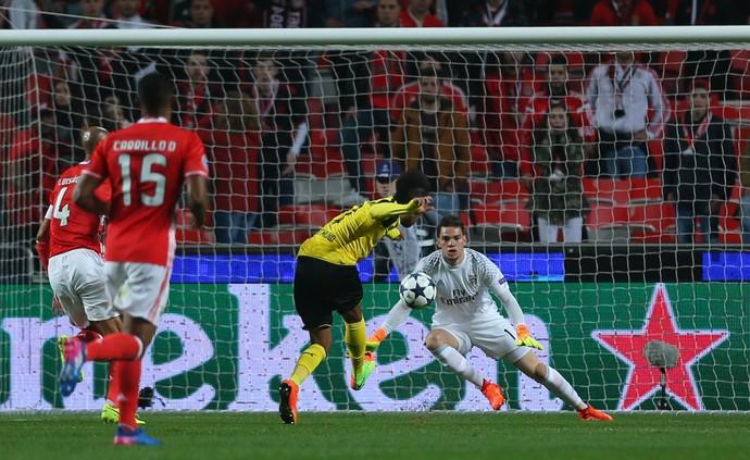 Ederson pênalti Benfica x Borussia Dortmund (Foto: Reuters)