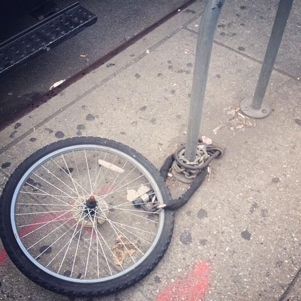 O que sobrou da bicicleta de Victoria Beckham (Foto: Reprodução/Instagram)