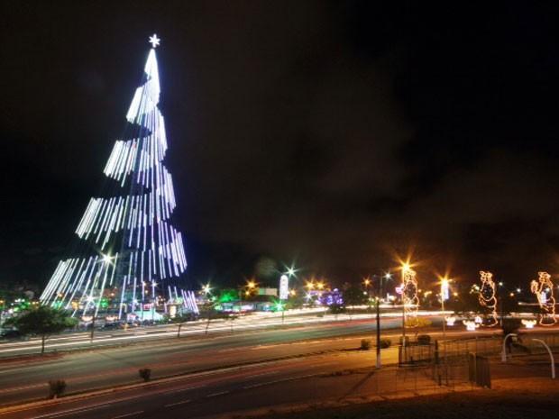 Árvore de Mirassol foi acesa durante solenidade na noite desta quarta em Natal (Foto: Canindé Soares)