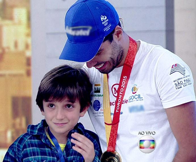 Vittório não segura as lágrimas ao encontrar o ídolo (Foto: Globo)