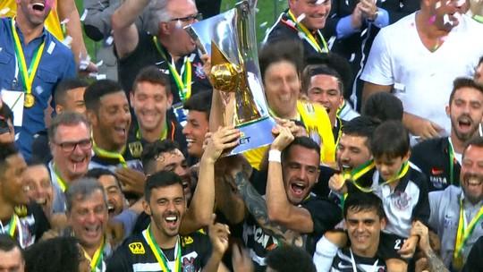 Ainda sem renovar, Ralf ergue a taça com a cara do Corinthians campeão