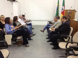 Direção do Cpers frente a frente com representantes do governo tentando colocar fim ao impasse (Foto: Roberta Salinet/RBS TV)