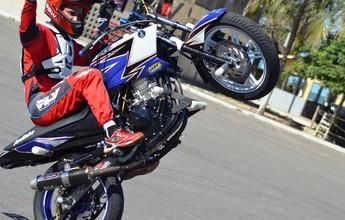 Equipe de wheeling faz show de manobras com motos em Palmas