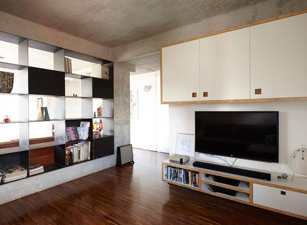 apartamento-arquitetos-flavia-torres-pedro-ivo-freire- sub-estudio-isabel-nassif-renata-pedrosa-sala-de-tv-marcenaria-estante (Foto: Tomás Cytrynowicz)