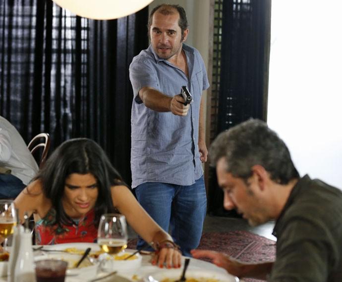 Romero e Tóia correm perigo durante assalto (Foto: Ellen Soares/Gshow)