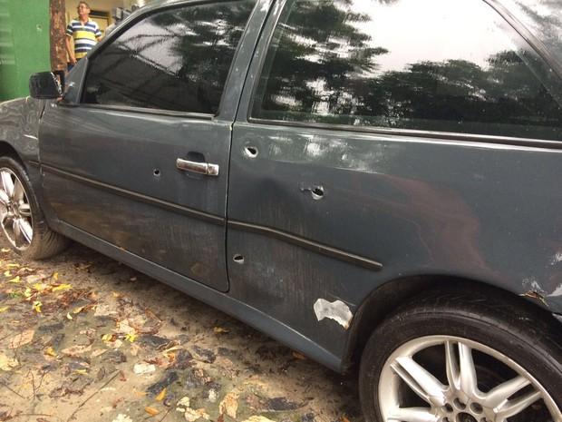 Disparos atingiram veículos que estavam estacionados na frente da delegacia, no Bairro José Walter (Foto: Wânyffer Monteiro/TV Verdes Mares)