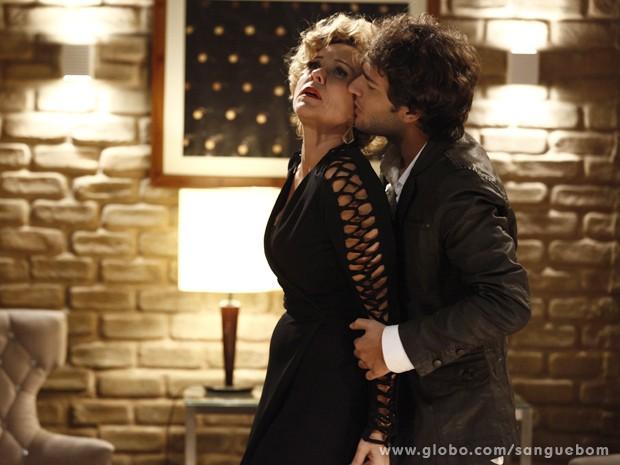 Ela cai na lábia do rapaz (Foto: Sangue Bom/TV Globo)